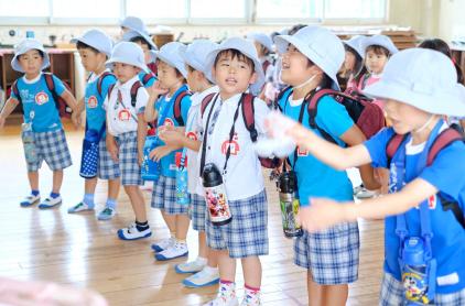 各クラスに戻り活動、片付け、帰りの活動